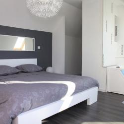 Un grand lit 160x200 (neuf) vous accueille