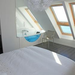 La chambre dispose d'une vue sur la mer et la plage