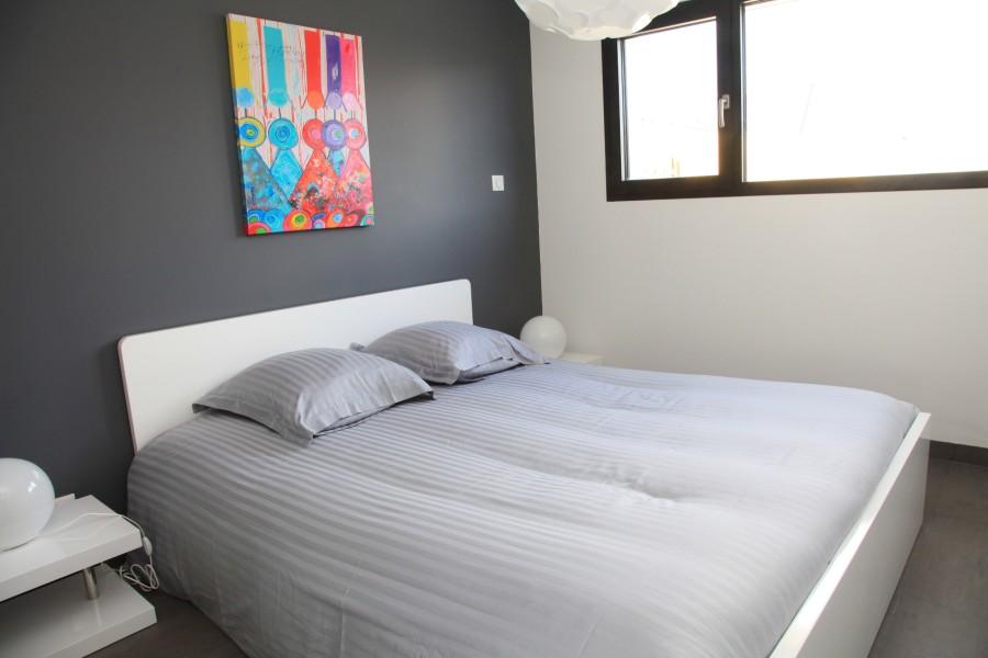 Chambre adulte avec grand lit 160x200 (neuf) et dressing