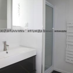 Salle de bain avec douche 90x90, vasque et sèche-serviette