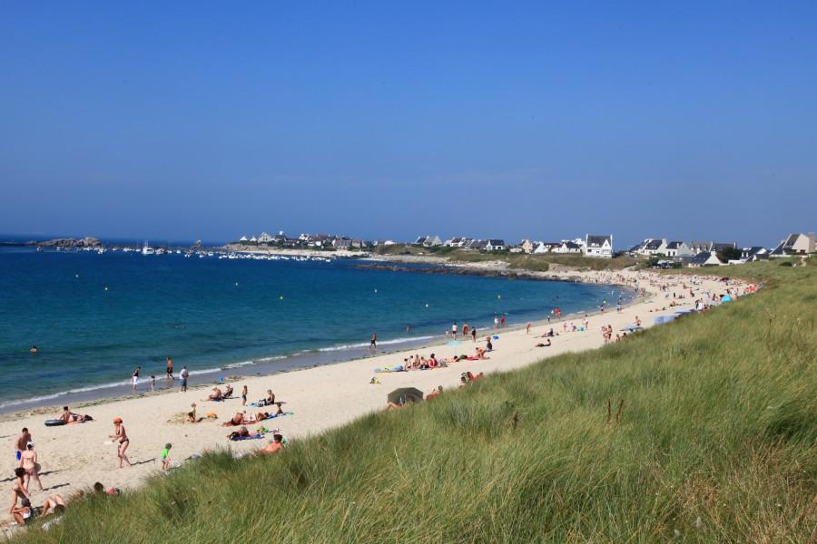A l'est, la plage mène au restaurant Roch Ar Mor et au port de Porsguen